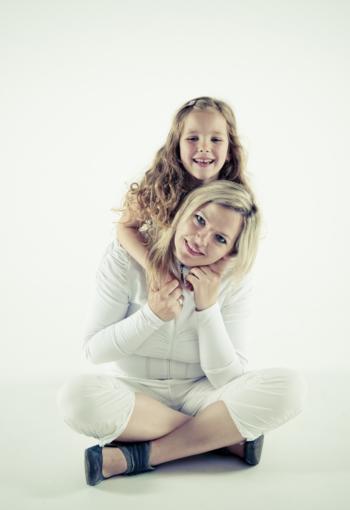 Familieportret moeder met kind op witte achtergrond, door Henk van Mierlo fotografie Tilburg